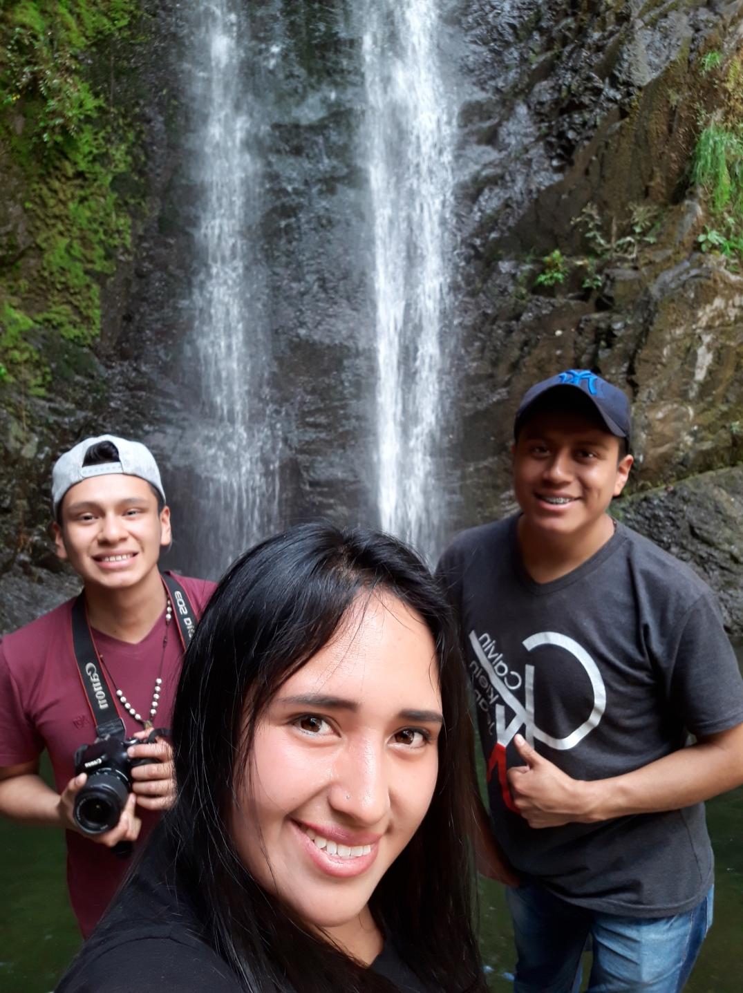 El entusiasmo de los estudiantes al llegar por primera vez a la cascada al Verdum
